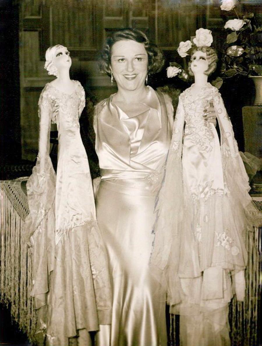 фото женщины с двумы будуарными куклами