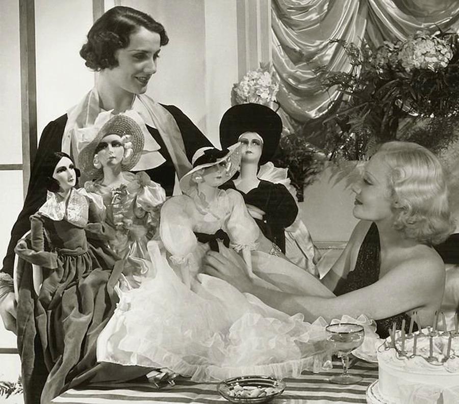 фотография женщин с будуарными куклами