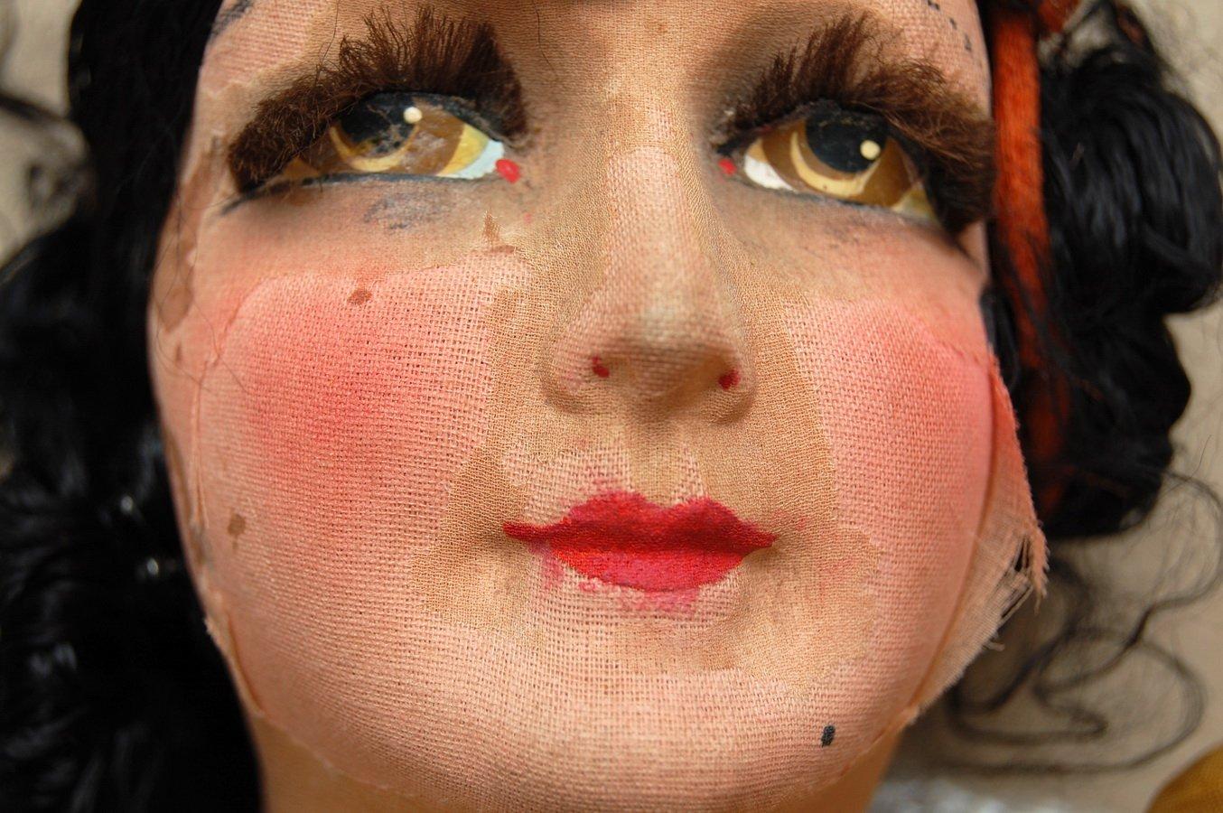 антикварная будуарная кукла с испорченным шелком